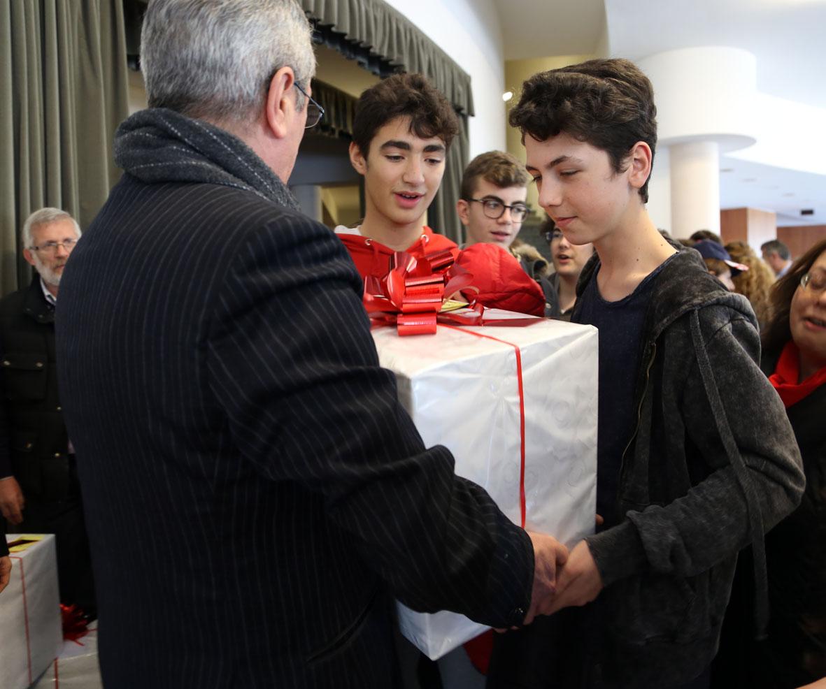 Consegna dei doni alle scuole (2)