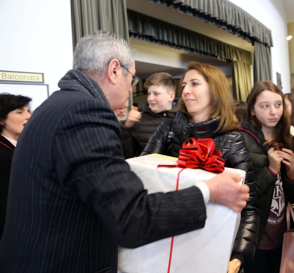 Consegna dei doni alle scuole